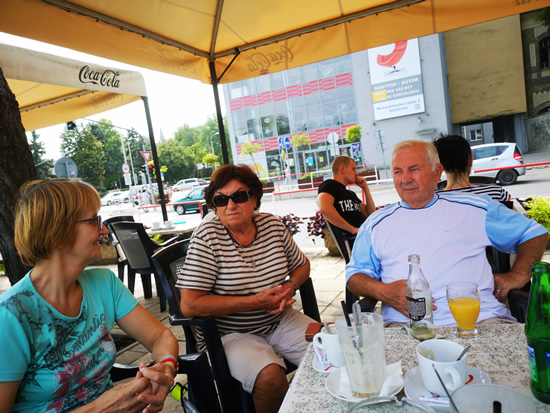 Zraz v kaviarni, ktorá je už roky hlavným stanom Bielej pastelky v Komárne